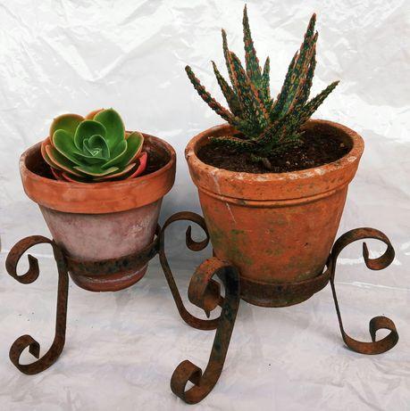 Suportes de vasos/floreiras de chão antigas em ferro rústicas