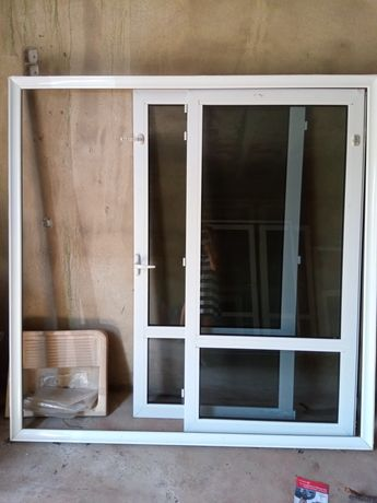 Janela /porta em alumínio em ótimo estado