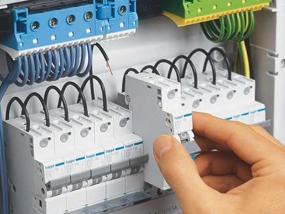 Eletricista  - trabalhos de qualquer complexidade.