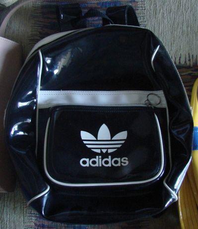 Лакований невеличкий рюкзак adidas