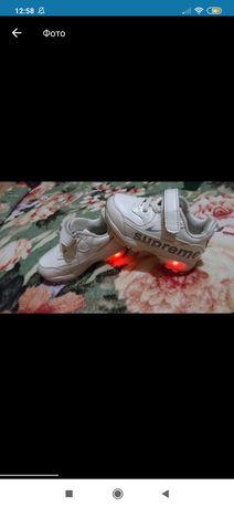Кроссовки белые липучка 21 размер светятся подошва