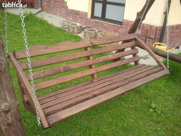 Huśtawka drewniana z ławką.