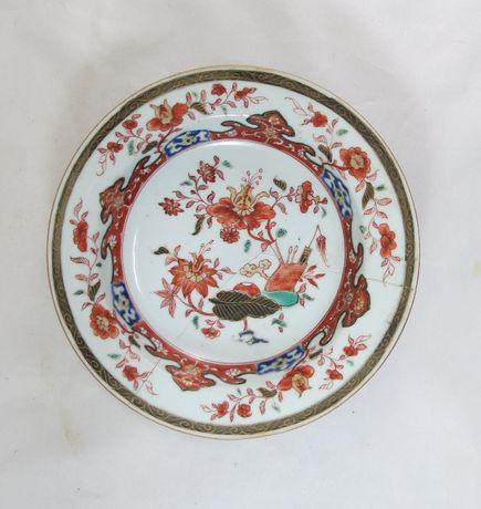 Prato em porcelana chinesa decorado com flores; Yung cheng Período;