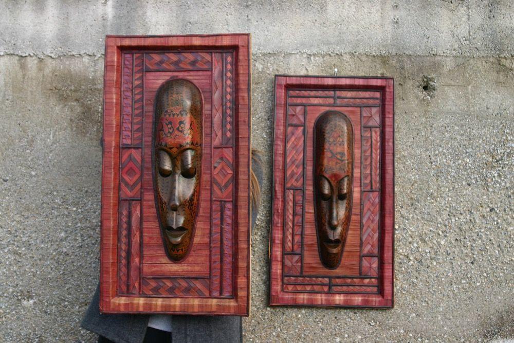Quadros africanos com máscara em madeira e colagens de bambu