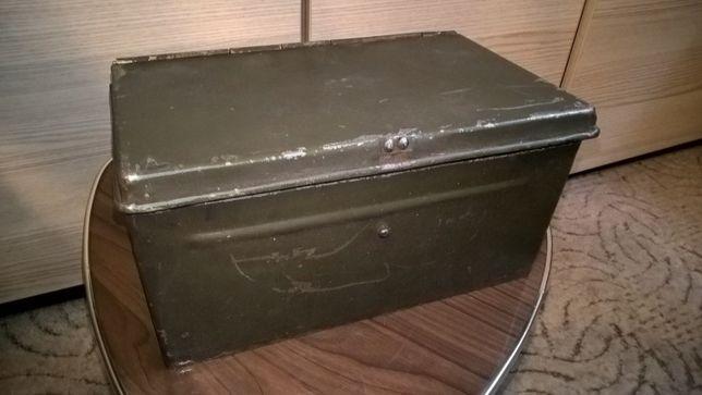 Metalowa skrzynka amunicyjna z okresu PRL-u