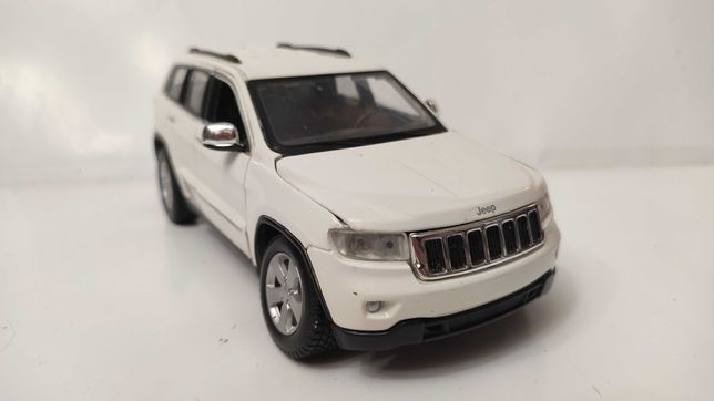 Модель Jeep Grand Cherokee Laredo 2011 White 1.24 Maisto