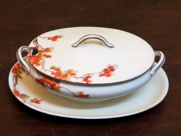 Pequena terrina em porcelana japonesa; Século XX – Marcada;24cm