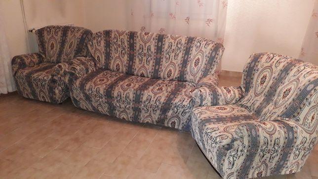 Sofá e mesa com bancos