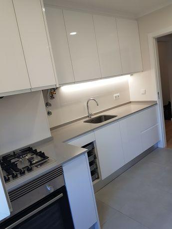 Aluga-se apartamento T2 totalmente remodelado em Cascais