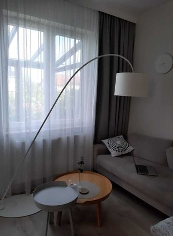 lampa podłogowa łukowa z abażurem biała