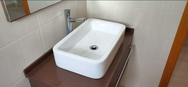 Móvel de casa de banho suspenso com torneira incluída
