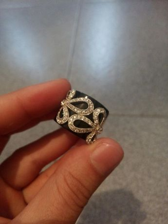 Vendo anel preto e brilhantes lindo novo