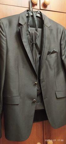 Продам отличный костюм-тройку для мальчика