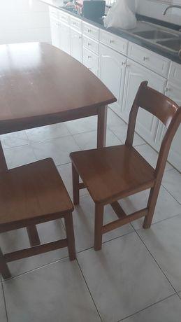 Mesa  pinho mel e quatro cadeiras de madeira maciça, (CERNE)