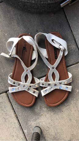 Oddam sandałki białe rozmiar 40 nowe