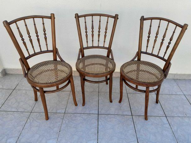Cadeiras antigas com assento de palhinha restauradas