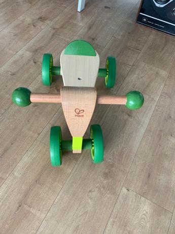 Triciclo em madeira da marca Hape.