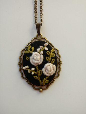 Wisiorek z różyczkami - haft ręczny