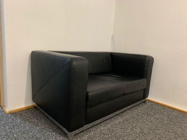 Czarna sofa skórzana