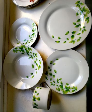 Komplet talerzy w motywem zielonych listków