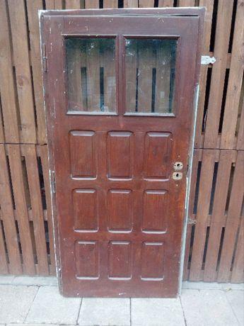 drzwi drewniane z futryną