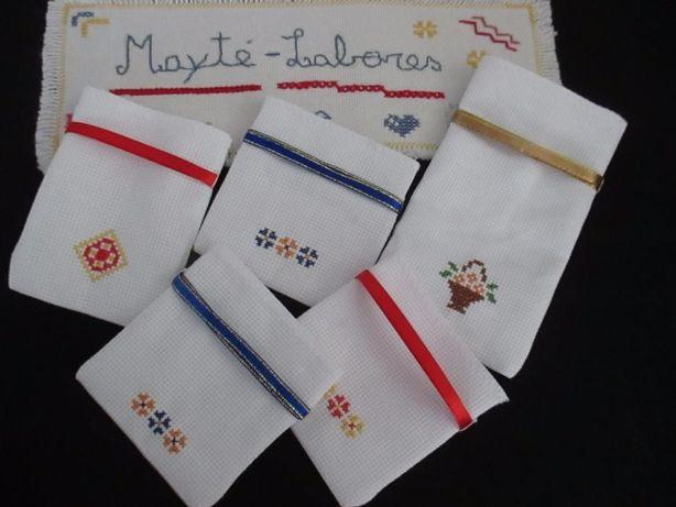 Saquinhos bordados em ponto de cruz (artesanato)