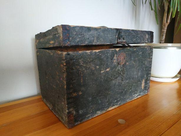 Sprzedam drewnianą skrzynka antyk zabytek do renowacji