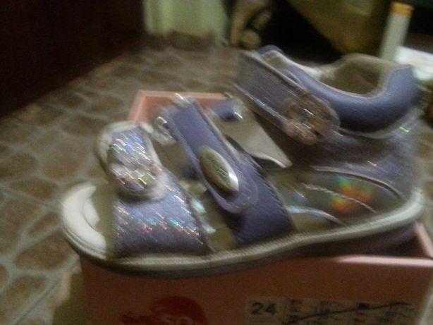 Sandałki dla dziewczynki rozmiar 24 - dwie pary plus gratisy