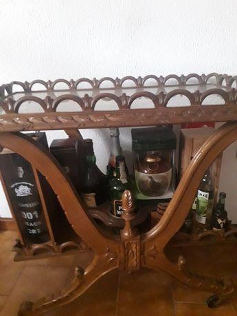 Carrinho de chá  em madeira e tampo forrado a palhinha e vidro