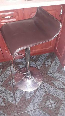 Хороший и крепкий барный стул.