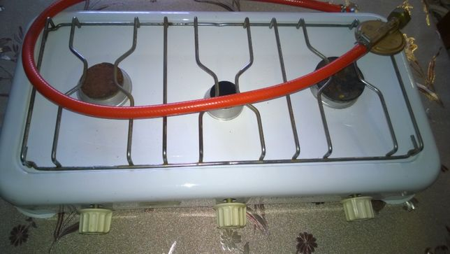 Kuchenka gazowa trzypalnikowa.
