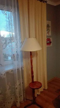 Lampa nocna i zasłony