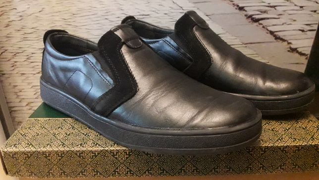 Шкіряні туфлі на підлітка.