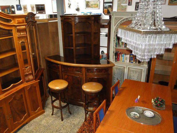 Móvel bar constituído por balcão, móvel de canto e dois bancos altos -