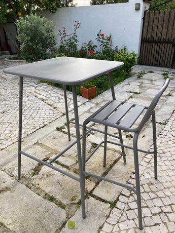 Mesa alta e banco de jardim metal cinza