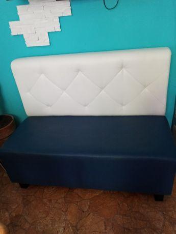 Sofa biało-granatowa do salonu