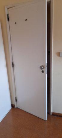 Portas usadas com fechaduras e maçaneta