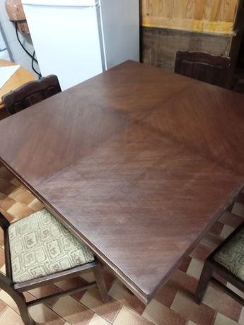 Mesas madeira e cadeiras