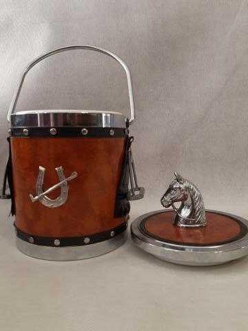 Śliczny pojemnik z koniem do kostek lodu w skórze