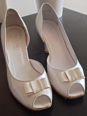 Białe czółenka do ślubu Ryłko