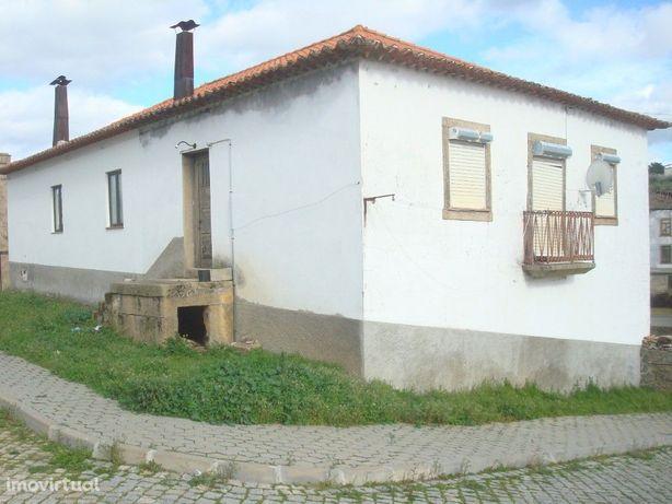 Moradia tradicional T3 em Almendra.