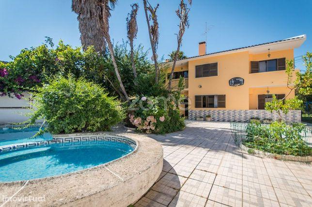 Moradia T5 com jardim e piscina em Belas