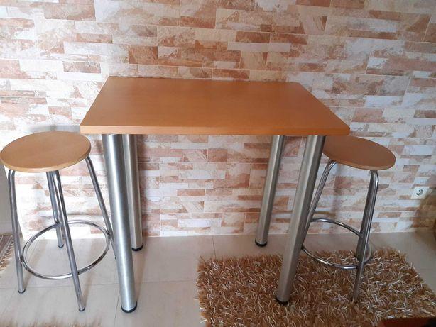 Mesa de pinho com 2 bancos