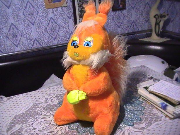 Детская игрушка - белочка оранжевого цвета.