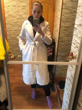 Белое удлиненное пальто