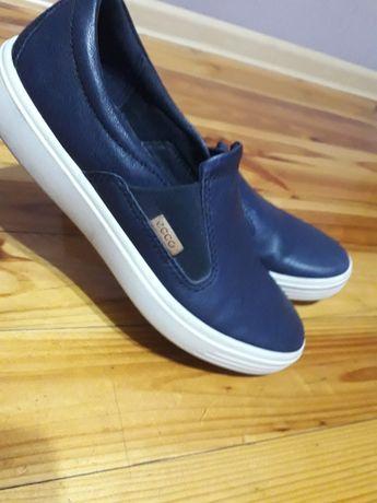 Кеди,спортивні туфлі ,мокасини.