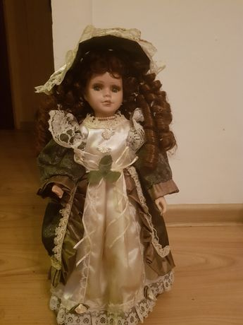 Stara lalka w oryginalnym stroju z epoki