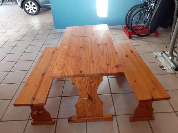 Mesa mais bancos
