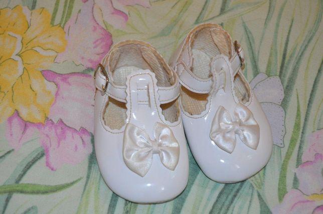 красивые лаковые пинетки туфельки на малышку 10 см