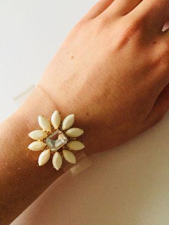 Przezroczysta bransoletka z kwiatuszkiem